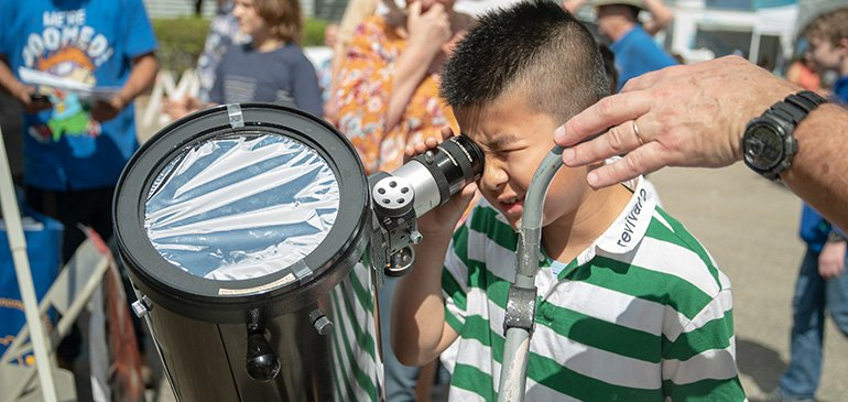 A science fan uses a solar telescope at the MagLab's 2019 Open House.